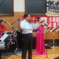 バイオリンを弾く塚田先生。優雅ですね!